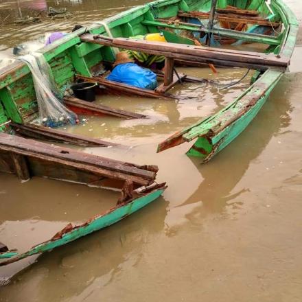Ombak besar  melanda kawasan pesisir Pantai Desa Tritunggal Kec.Rembang